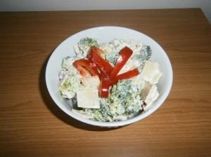 Brokolicový salát s uzeným sýrem