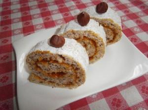 Bílková roláda s lískovými oříšky a marmeládou