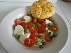 Salát s mozzarellou a rajčaty