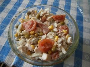 Salát s kuřecím masem a zeleninou