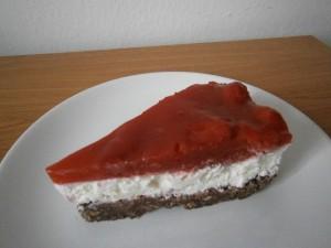 Řez jahodovým nepečeným dortem