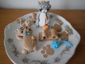 Figurky kočiček a jejich hračky