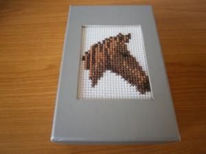 Krabička s vyšitou hlavou koně