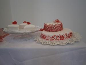Svatební dort s červenou krajkou