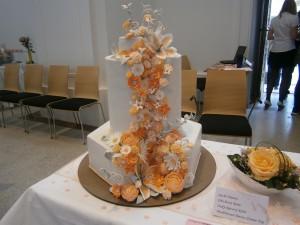 Svatební dort s kaskádou květů