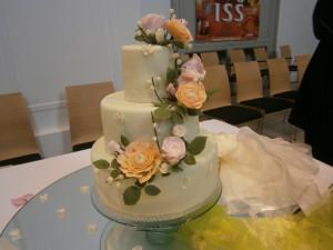 Svatební dort zdobený květinami