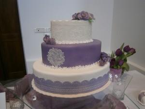 Svatební dort zdobený krajkou