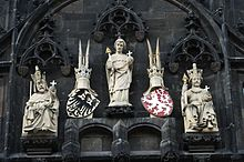 Znaky Svaté říše římské a České koruny na Staroměstské mostecké věži v Praze