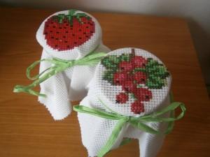 Vyšívané ovoce na ovocných džemech