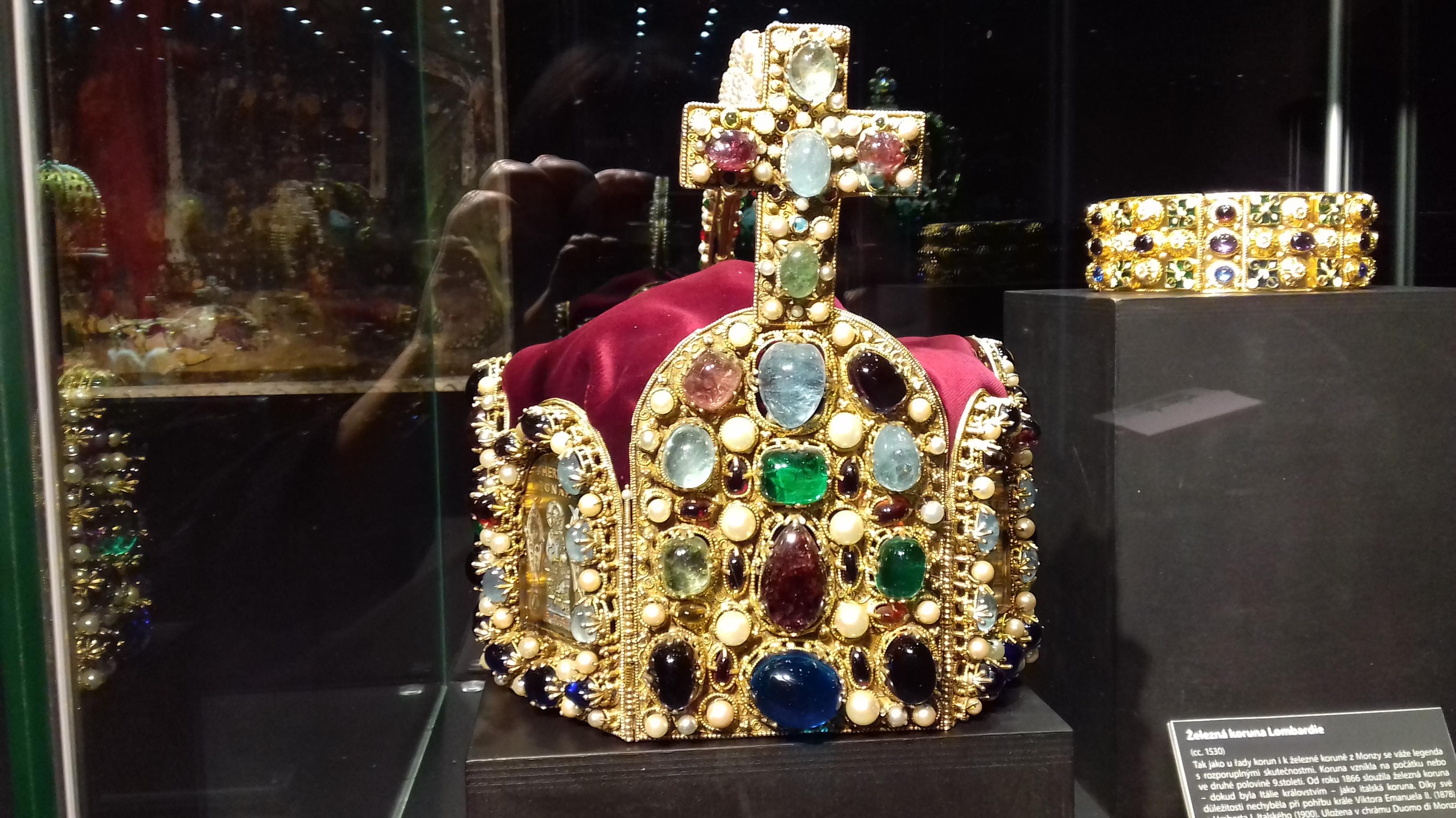 Arcivévodská čapka z Klosterneuburgu – na fotografie vpředu 2b1b6e5e68