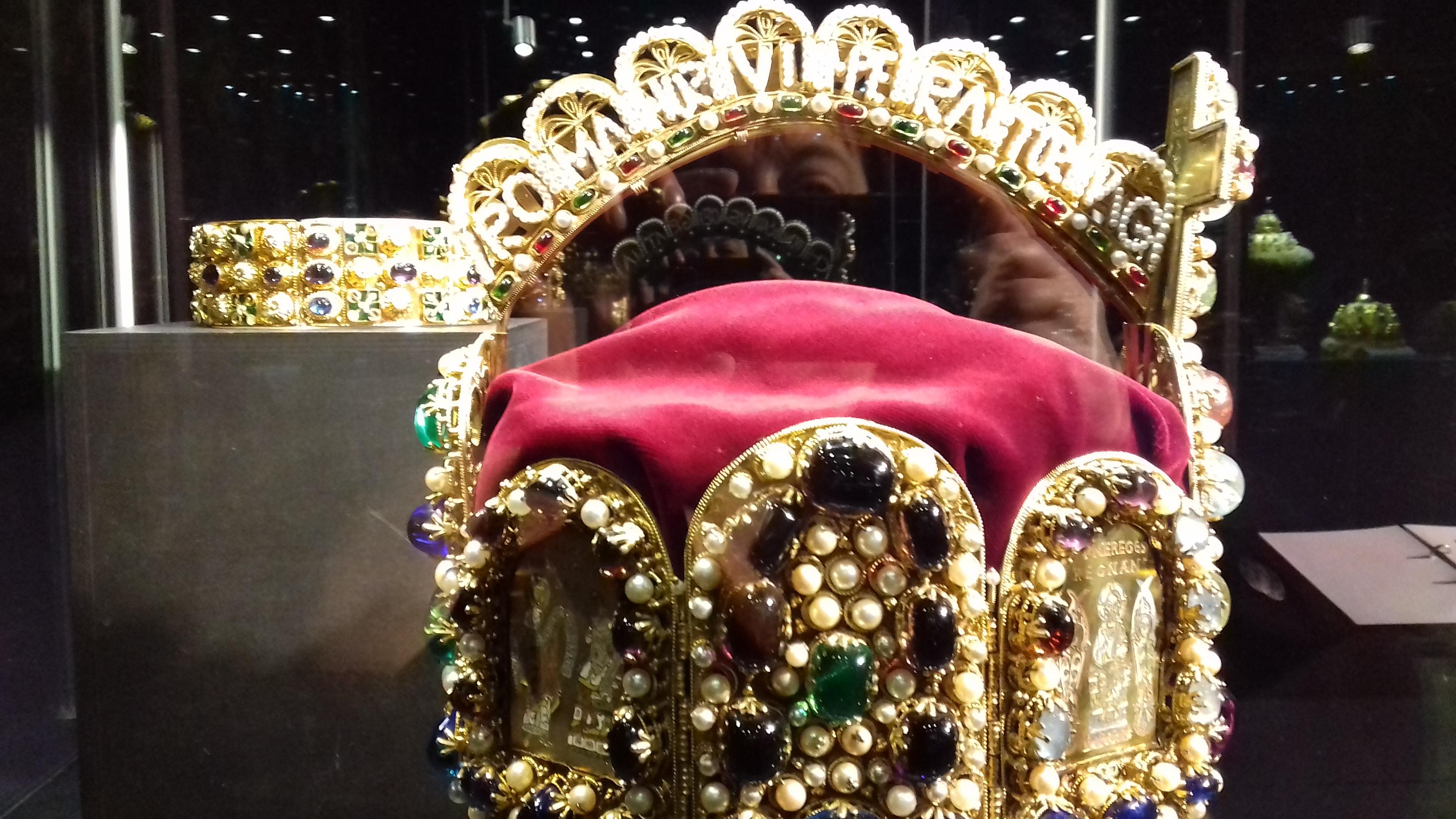 b094f6ac8 Američané vše našli a korunovační klenoty převezli zpátky do Vídně. Dnes je  originál koruny a další poklady v Císařské klenotnici ve vídeňském Hofburgu.